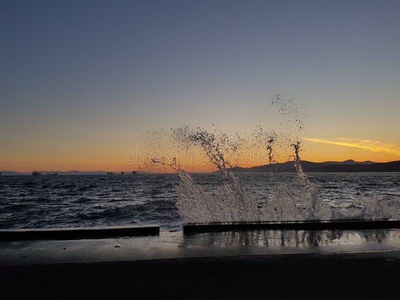 Волна на заходе солнца стоковые фотографии rf