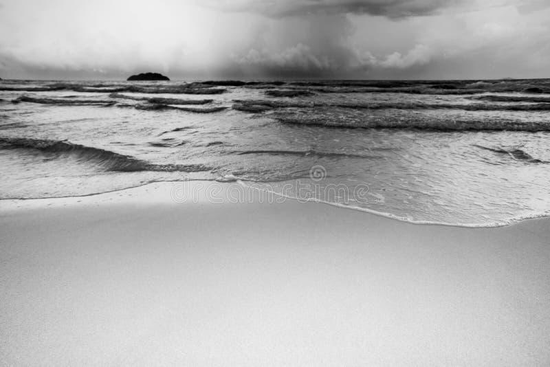 Волна на тоне Monochrome пляжа песка стоковая фотография