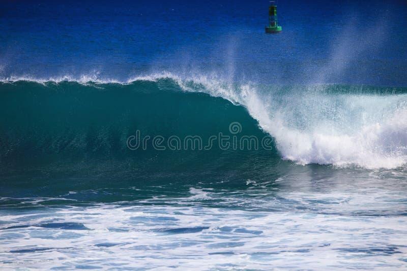 волна океана гребеней проломов Тихая океан стоковая фотография rf