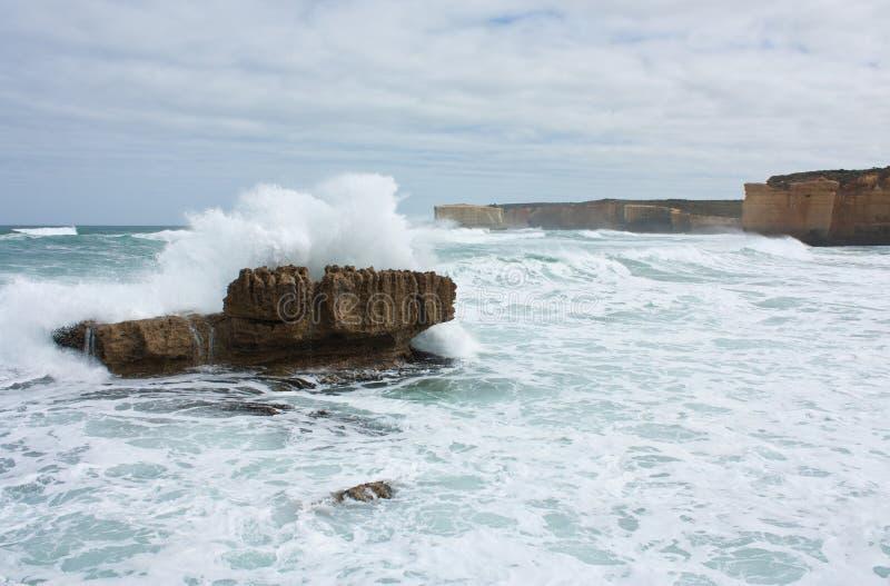 Волна разбивая над утесом в море на большей дороге океана в Австралии стоковое фото rf