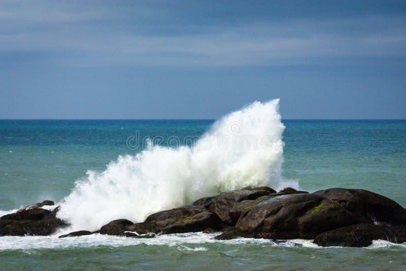 Волна разбивая против утеса, Kanyakumari стоковая фотография rf