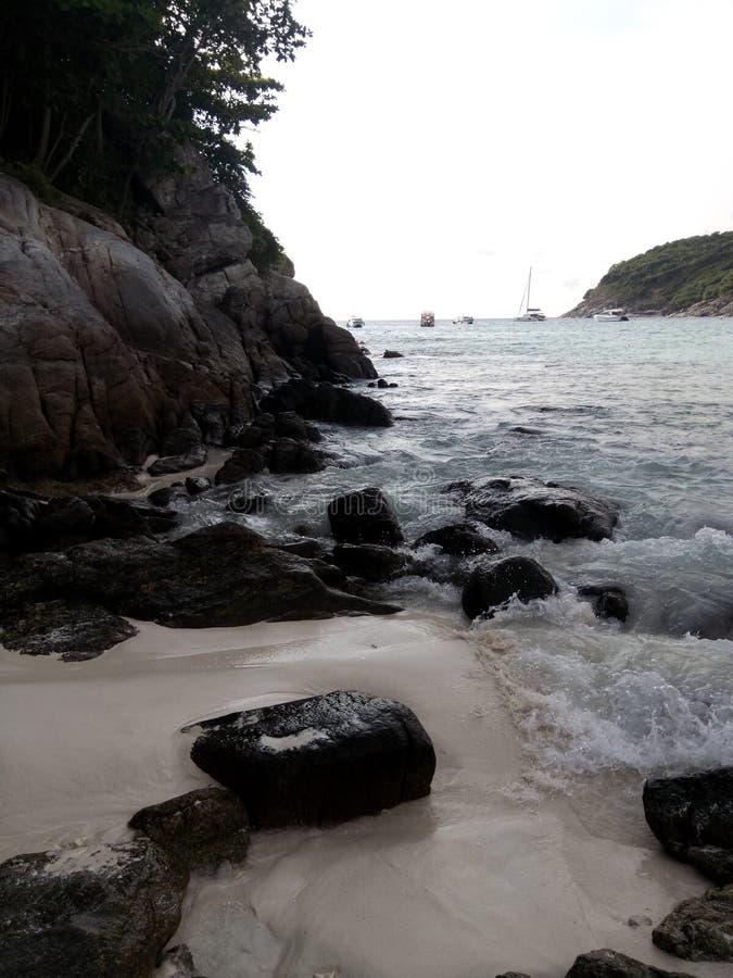 Волна ударяет пляж стоковое изображение