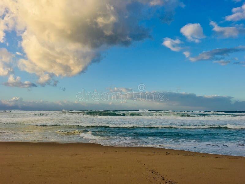Волнистое Средиземное море на времени захода солнца в Skikda Алжире стоковые фото