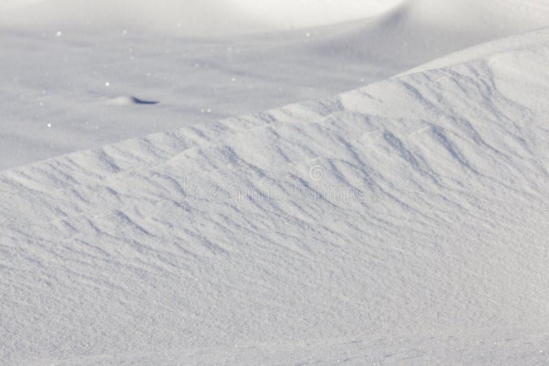 волнистые смещения с снегом стоковая фотография rf