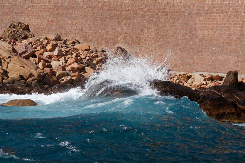 Волны бить скалистый берег 06 стоковые изображения