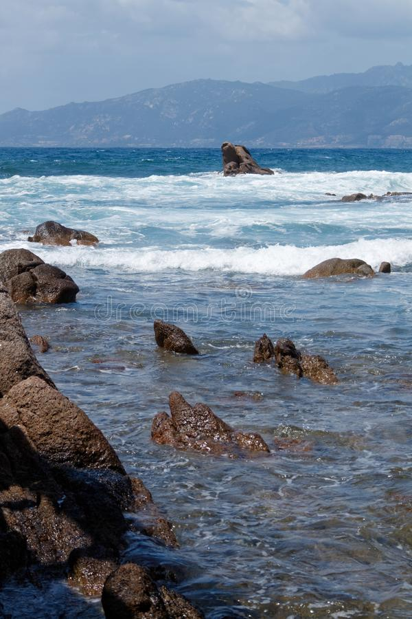 Волны бить скалистый берег 02 стоковое изображение
