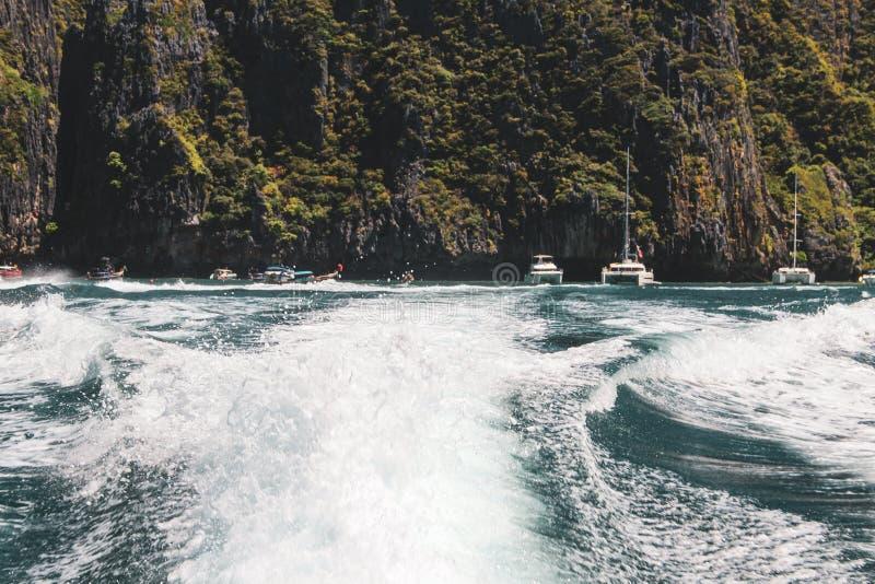 Волны быстроходного катера в Gulf of Thailand стоковое фото