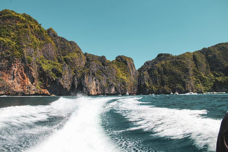 Волны быстроходного катера в Gulf of Thailand стоковые фотографии rf