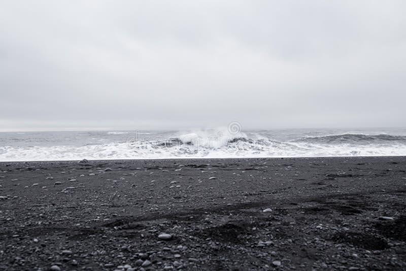 Волны в красивом вулканическом пляже отработанной формовочной смеси стоковые фото