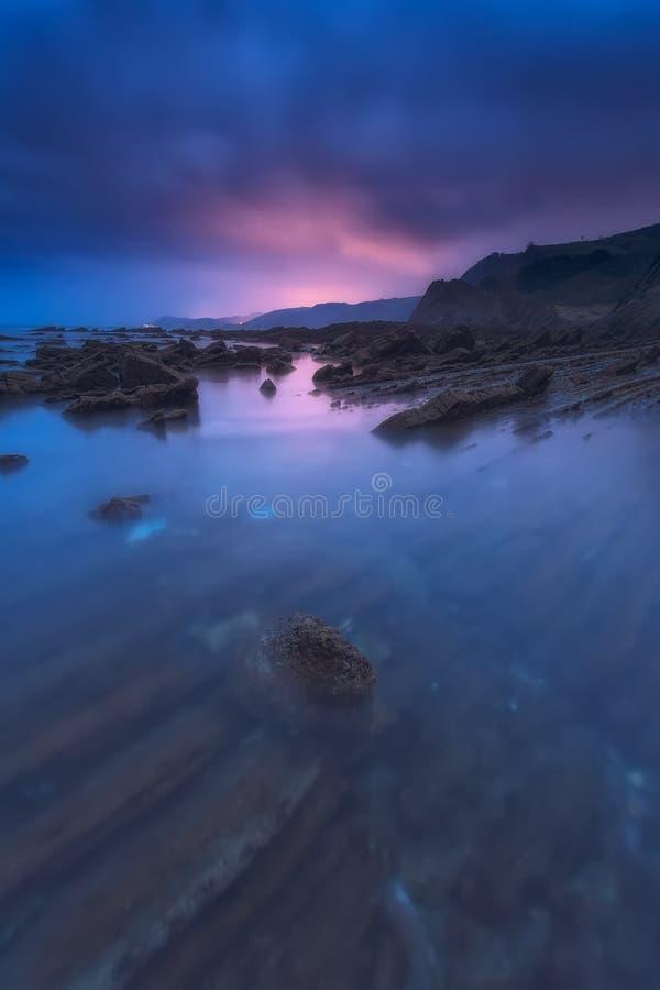 Волны в пляже Sakoneta, geopark стоковые фотографии rf