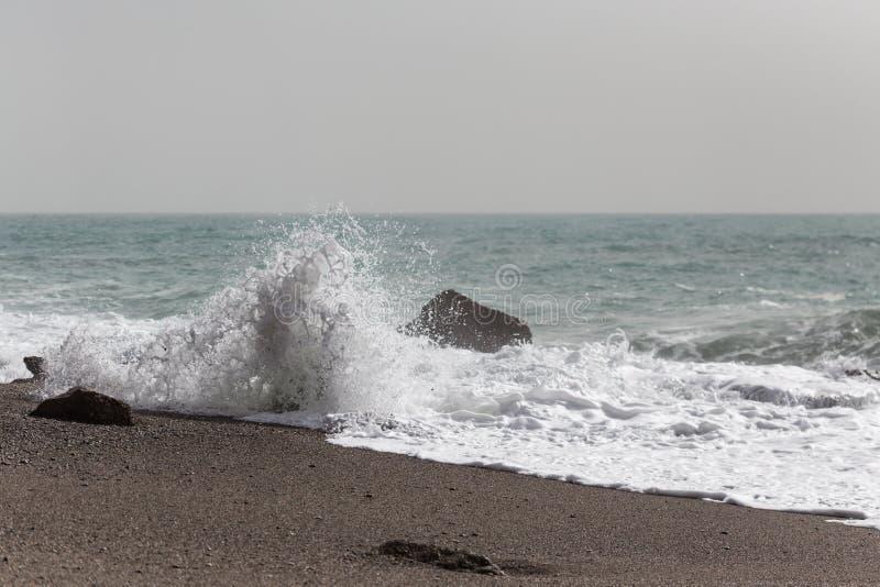 Волны задавливая на береге на песчаном пляже стоковые изображения rf
