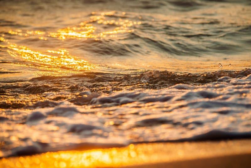 Волны задавливая на пляже стоковые изображения
