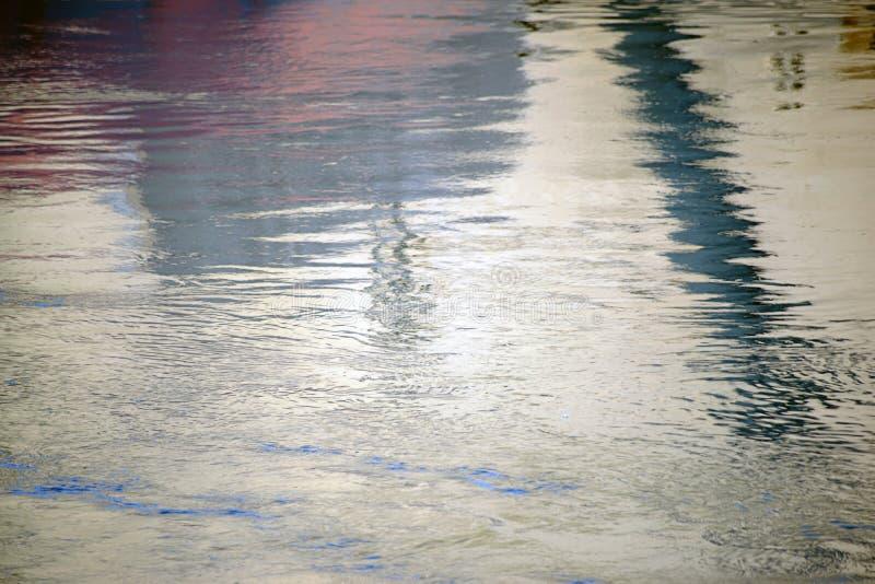 Волны и отражения на поверхности воды стоковая фотография