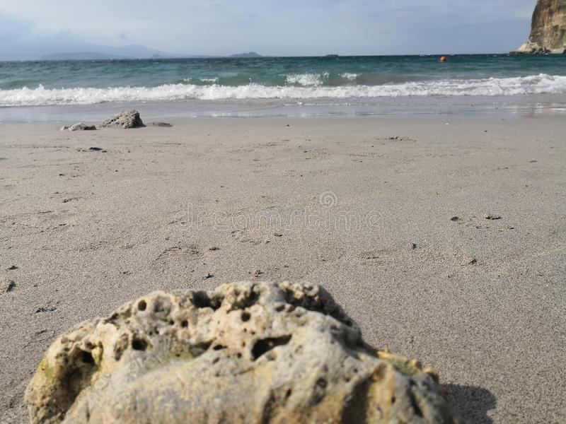 Волны и утесы моря стоковые изображения