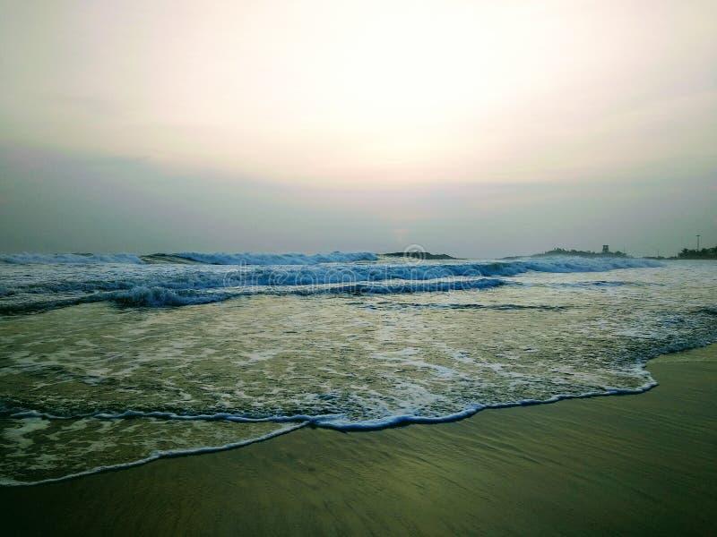 Волны касаясь берегу, сцене от пляжа Kovalam Eve' пляж s также известный как пляж Hawa стоковое фото