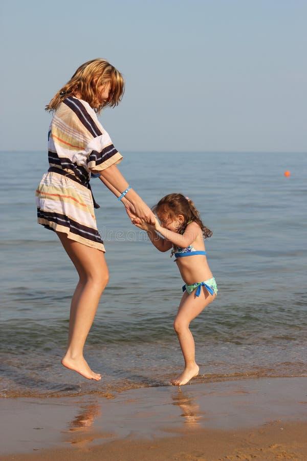 волны мати дочи скача стоковое фото