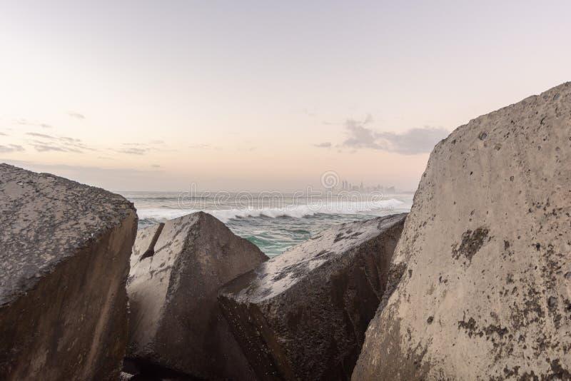 Волны между каменистой рамкой стоковая фотография