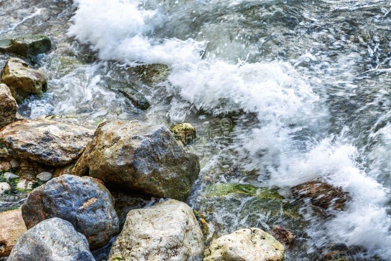 Волны моря бьют на камнях, конце-вверх   ( стоковое фото rf