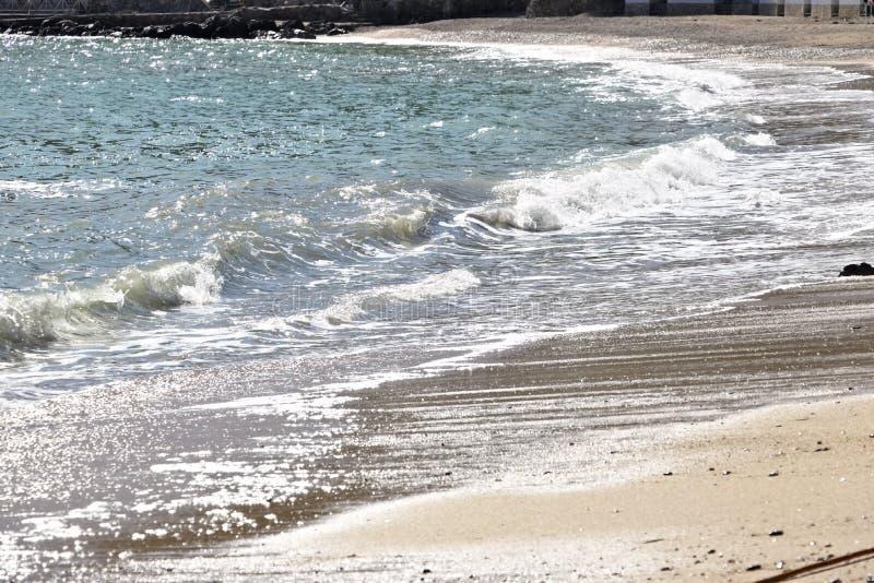 Волны моря ломают на пляже стоковое изображение rf