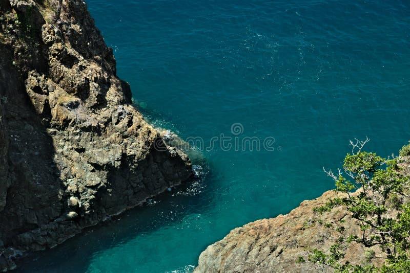 Волны моря ломают на утесах Ligurian горы Около Cinque Terre seascape с голубым морем и темный - красные утесы E стоковые изображения rf