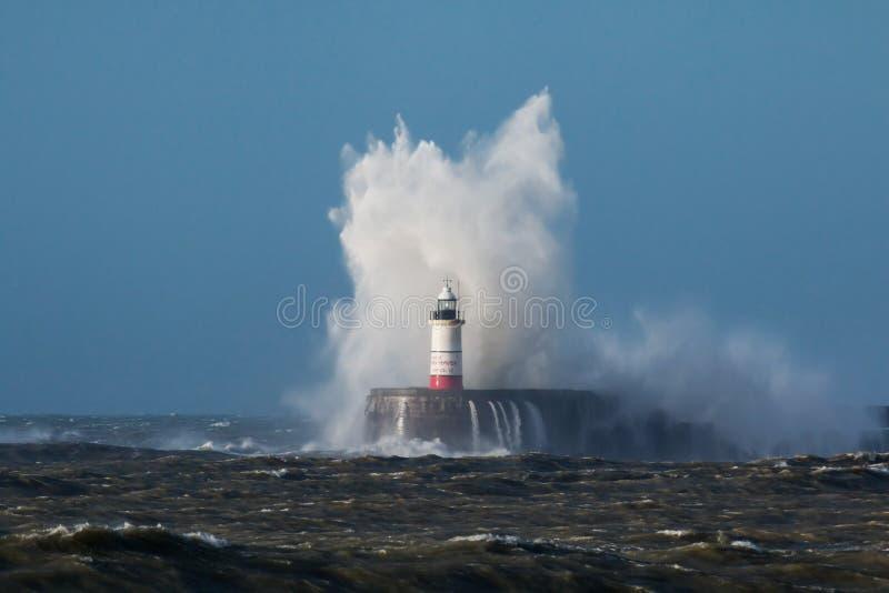 Волны над маяком и бурным морем стоковое изображение rf