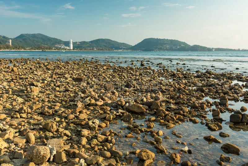 Волны на каменных водах пляжа окаймляют абстрактную предпосылку моря r стоковые изображения rf