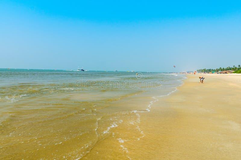 Волны на пляже Colva стоковое изображение