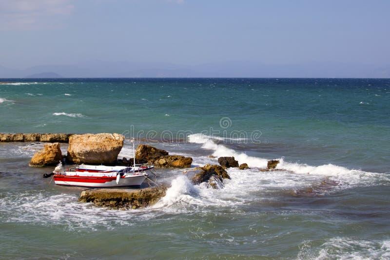 волны на Средиземном море, лодка, камни, шторм стоковые фотографии rf
