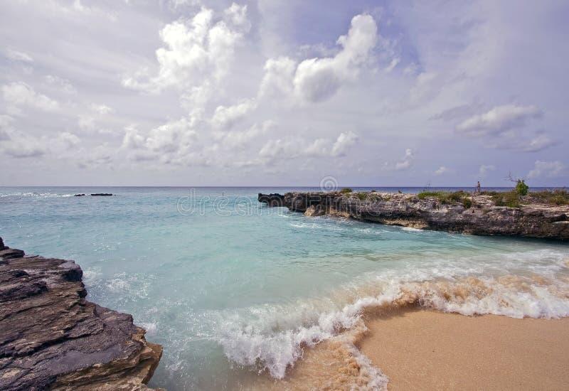 волны острова Кеймана пляжа грандиозные стоковая фотография