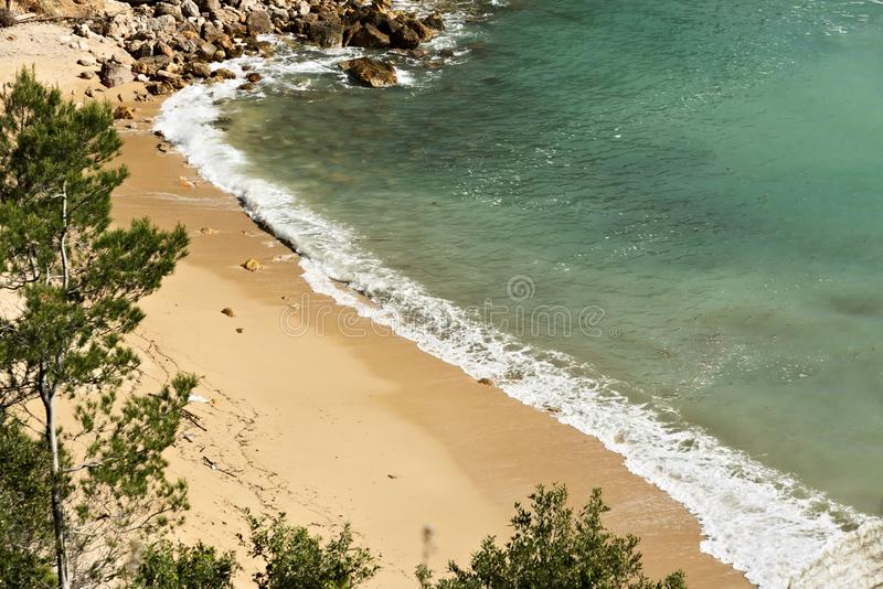 Волны перерыва моря на утесах стоковые изображения rf