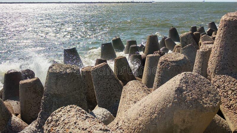 Волны подпаливания Балтийского моря против берега стоковые фотографии rf