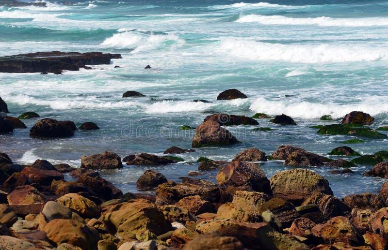 Волны разбивая над песчаником трясут на пляже Garie стоковые фотографии rf