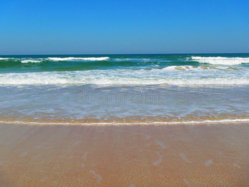 Волны свертывая в Daytona Beach, Флориде стоковые изображения rf