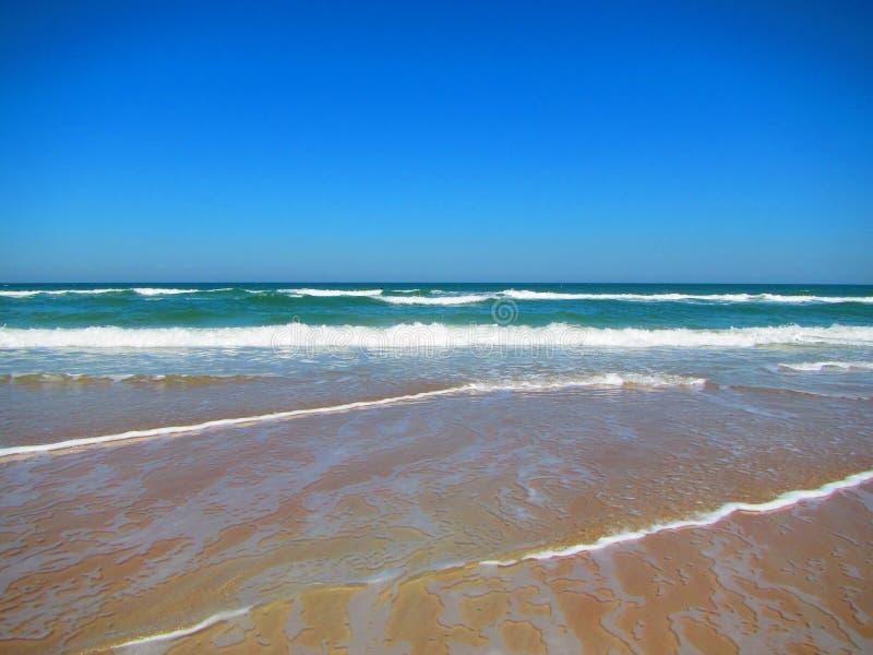 Волны свертывая в Daytona Beach, Флориде стоковое изображение