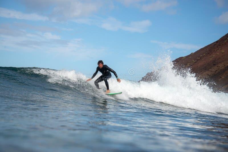 Волны серфера ехать на острове Фуэртевентуры стоковые фото