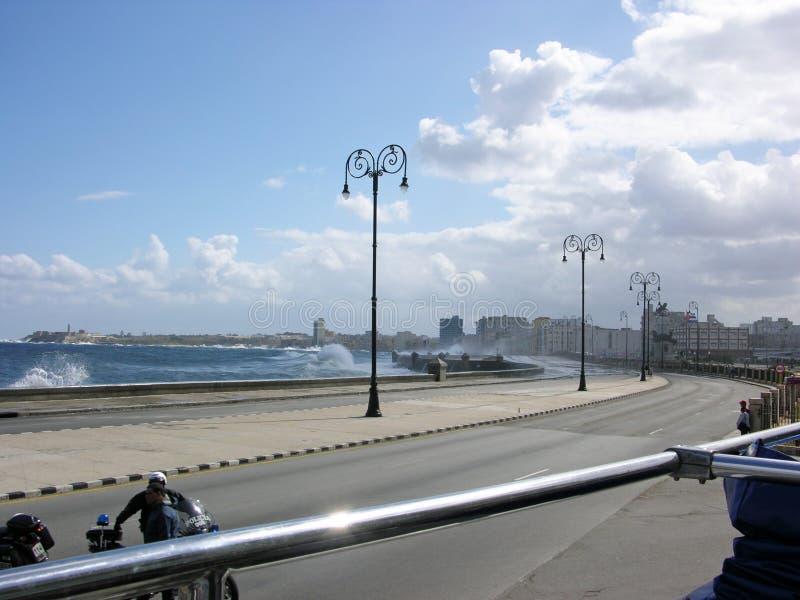 Волны шторма ломают на прогулке в Гаване Кубе стоковое фото rf