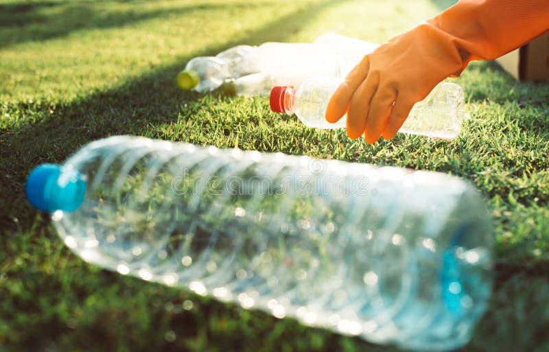 Волонтерские женские руки держат мусор на зеленой траве, хорошем сознании, избавляются от утилизации и удаления отходов стоковые изображения rf