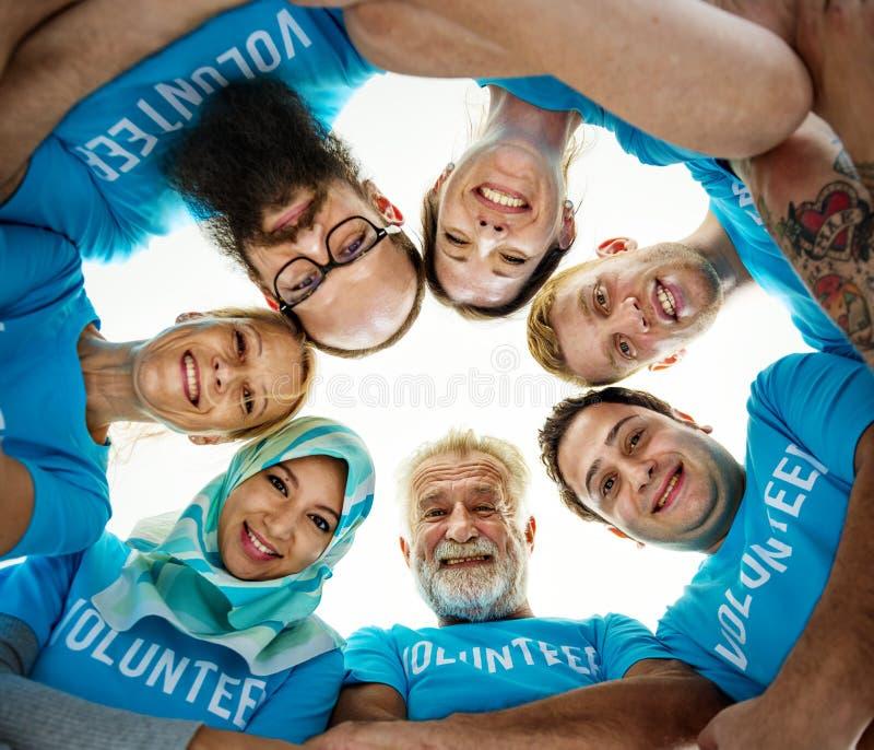 Волонтеры помогая вне для призрения стоковые фотографии rf