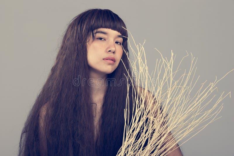 Волосатый портрет девушки как сиротливая дама разбитого сердца стоковая фотография