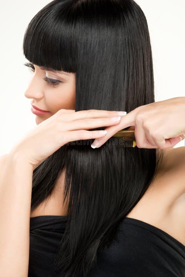 Волосы брюнет чистя щеткой стоковые изображения rf