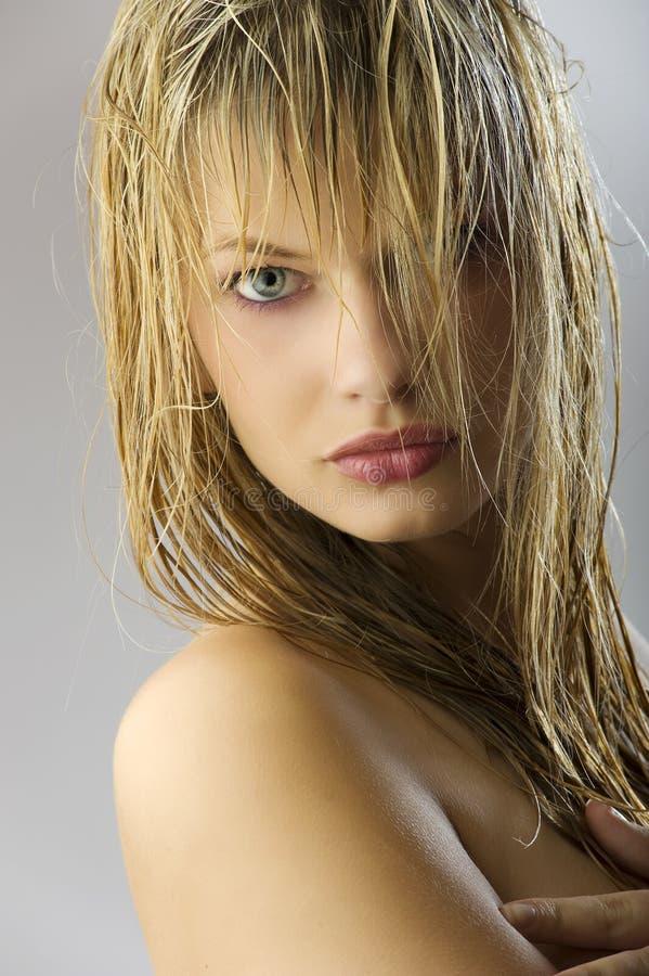 волосы девушки сексуальные намочили стоковое изображение
