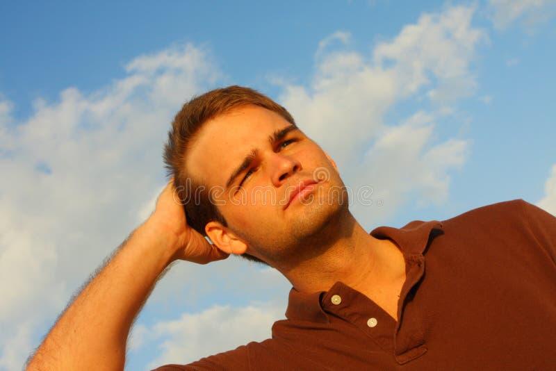 волосы его затирание человека стоковая фотография