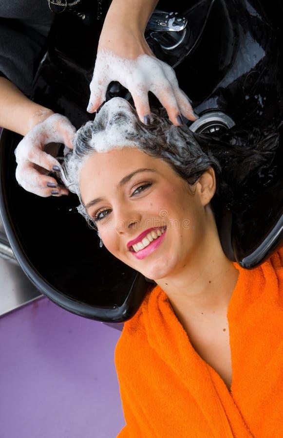 волосы ее женщина шампуня стоковые изображения rf
