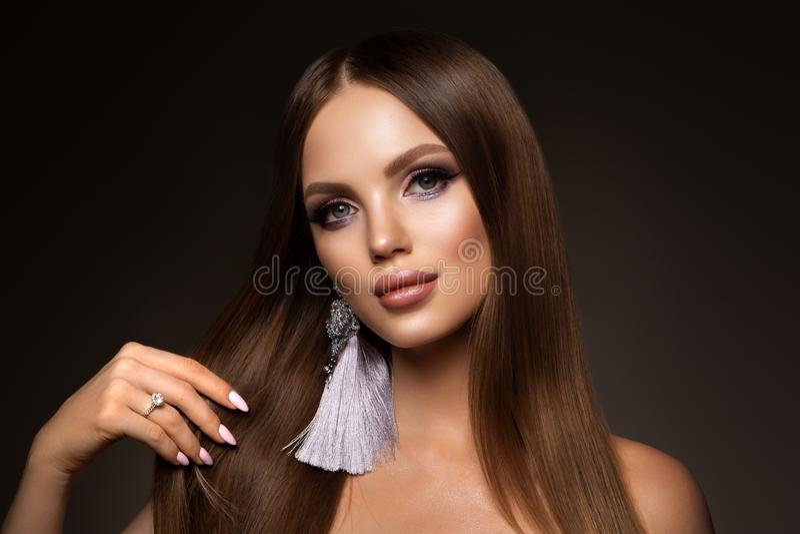 Волосы Женщина красоты с очень длинными здоровыми и сияющими ровными каштановыми волосами Волосы модельного брюнета шикарные стоковое фото