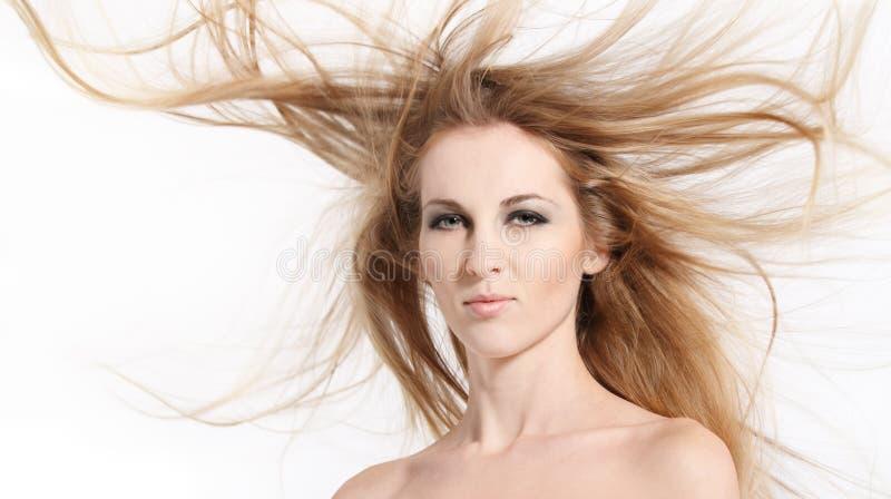 волосы красотки золотистые стоковое изображение