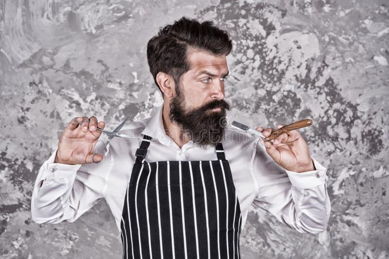 Волосы на лице Бородатый брить парикмахера Борода и усик холить Профессиональная стрижка Мастер парикмахерскаи hairstyle стоковые фотографии rf