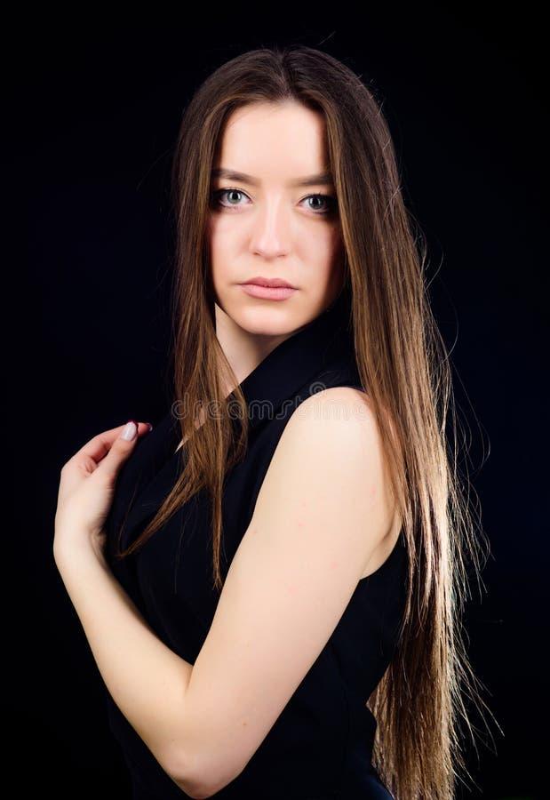 Волосы привлекательной женщины длинные o ( Девушка неимоверной красоты уверенная Милое skincare девушки и стоковое изображение rf