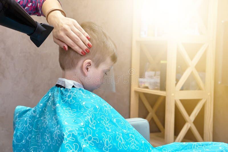 Волосы салона мальчика ребенка парикмахера, маленький ребенок стоковая фотография