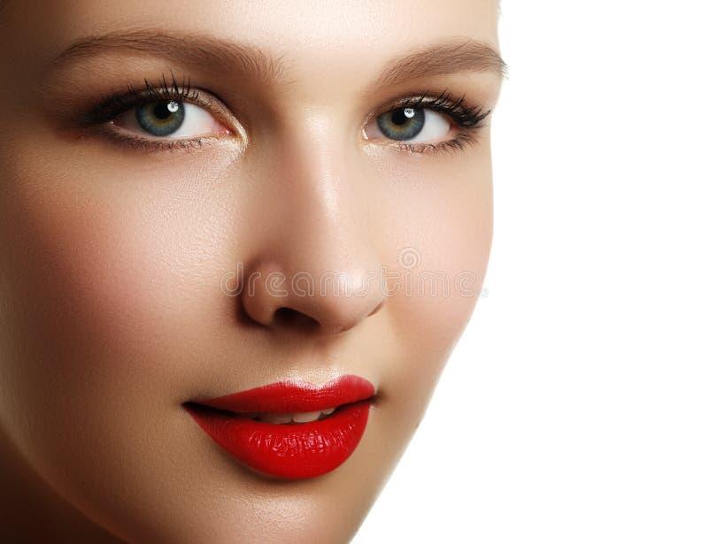 волос косметик предпосылки длинние коричневых серых здоровые делают портрет вверх по женщине Портрет крупного плана красивой моде стоковое фото rf