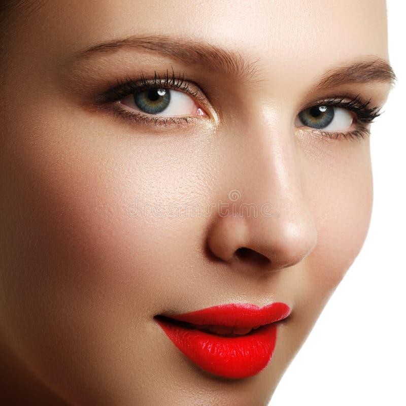 волос косметик предпосылки длинние коричневых серых здоровые делают портрет вверх по женщине Портрет крупного плана красивой моде стоковое изображение rf